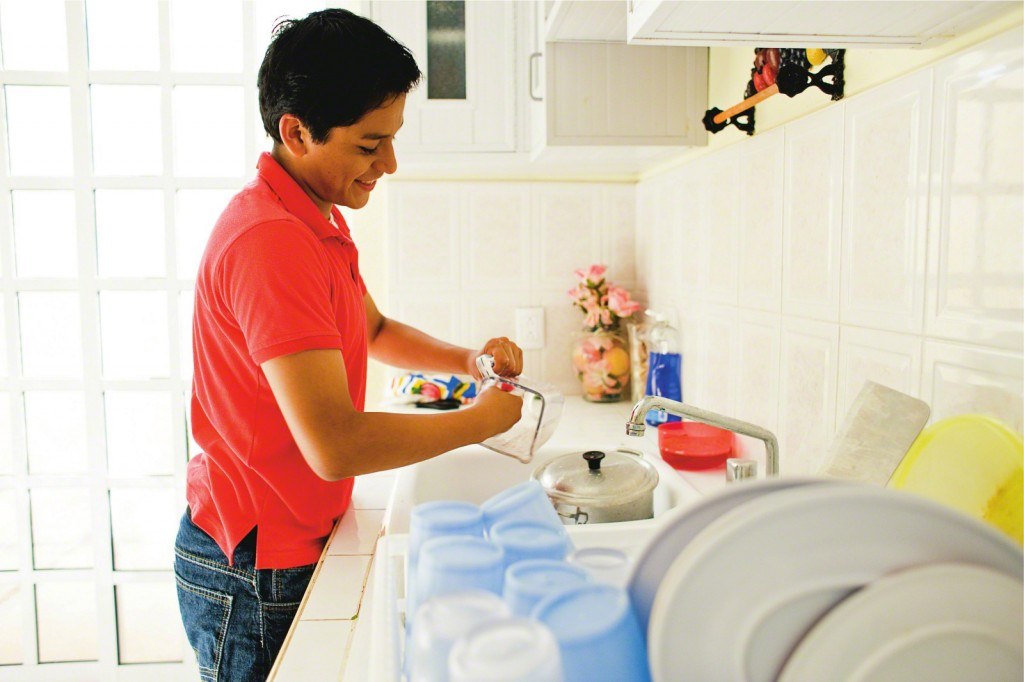 young-man-washing-dishes-mexico-605596-print